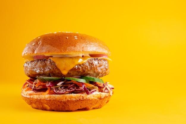 Вкусный бургер, изолированные на желтом фоне. вкусные свежие нездоровые гамбургеры с сыром. горизонтальный баннер