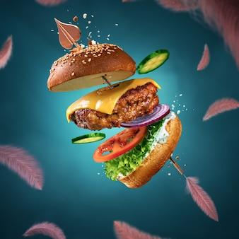 Вкусный бургер с летающими ингредиентами и соусом. плакат ко дню святого валентина.