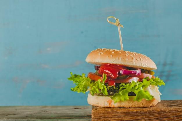 レタスとトマトが入ったおいしいハンバーガー