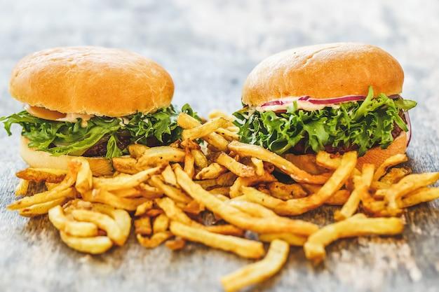 テーブルの上のおいしいハンバーガー