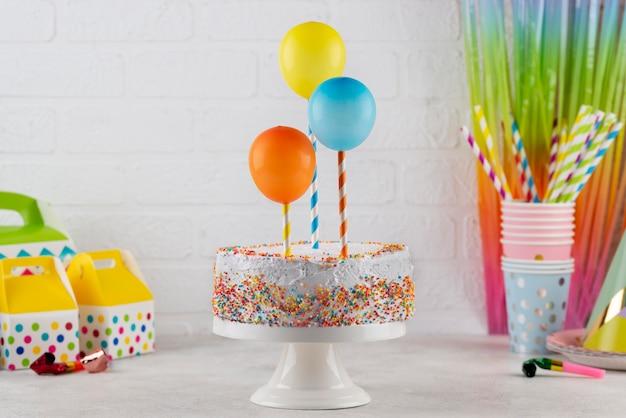 Ассортимент вкусных тортов и воздушных шаров