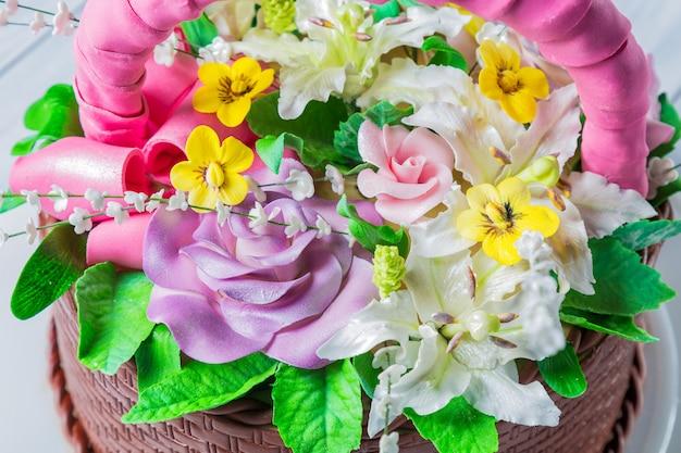 さまざまな花のおいしいケーキバスケット
