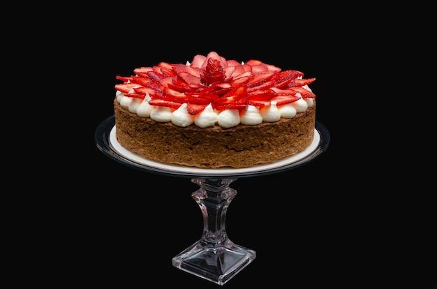 イチゴの装飾黒の背景を持つモスタションと呼ばれるおいしいケーキ