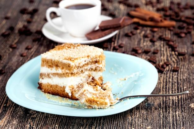 おいしいケーキを細かく切ったもの、バタークリームを使った多層ペストリー、カロリーたっぷりのデザート、ケーキのクローズアップ