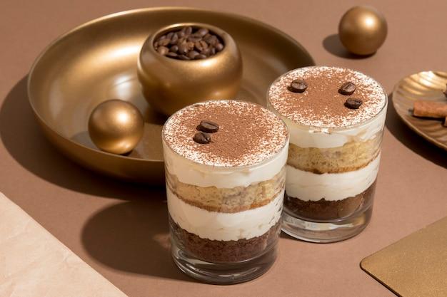 Deliziosa torta in una disposizione di vetro