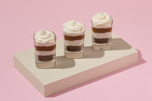 Deliziosa torta in un assortimento di bicchieri