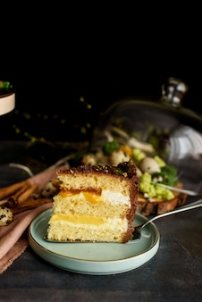 カットのおいしいケーキ、マンゴー、パッションフルーツ、バニラクリーム、ビスケットを重ねたケーキ。