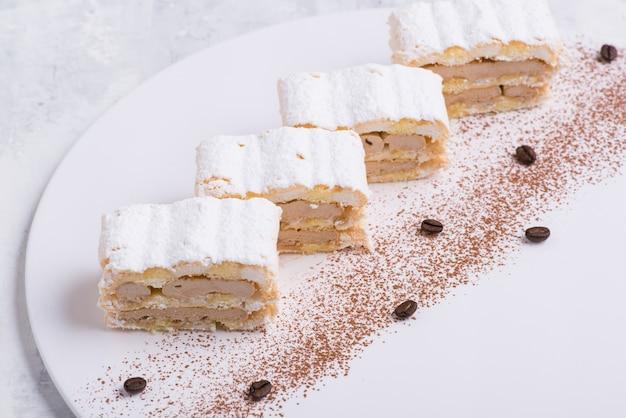 Вкусный торт на белой тарелке, вид сверху