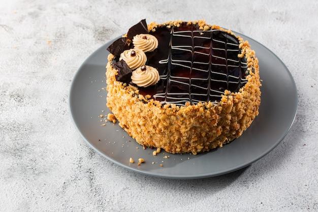 Вкусный торт на тарелку на стол на фоне мрамора. обои для кондитерских кафе или меню кафе. горизонтальный