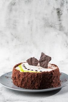 大理石の背景にテーブルの上の皿においしいケーキ。ペストリーカフェやカフェメニューの壁紙。垂直。