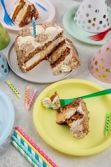 Вкусный торт на тарелках под высоким углом