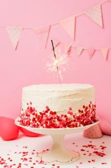 誕生日パーティーのテーブルに美味しいケーキ