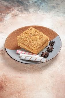 Вкусный кусок торта внутри тарелки на свету