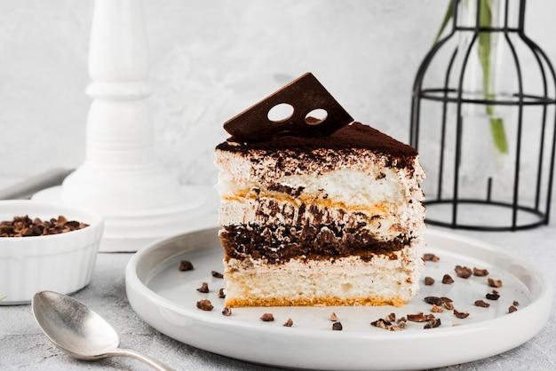 プレート上のおいしいケーキのスライス