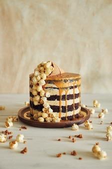 Вкусный торт с карамельным кремом и рожком с попкорном