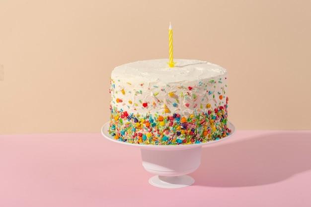 Вкусный торт со свечой