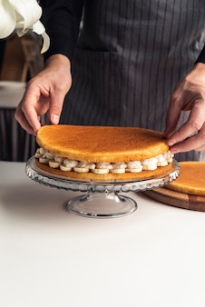 Deliziosa torta con panna montata e banana