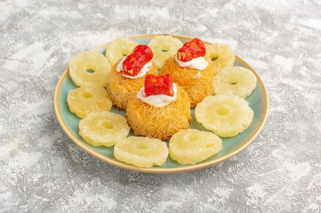 Вкусный торт с белым кремом и красным мармеладом внутри тарелки