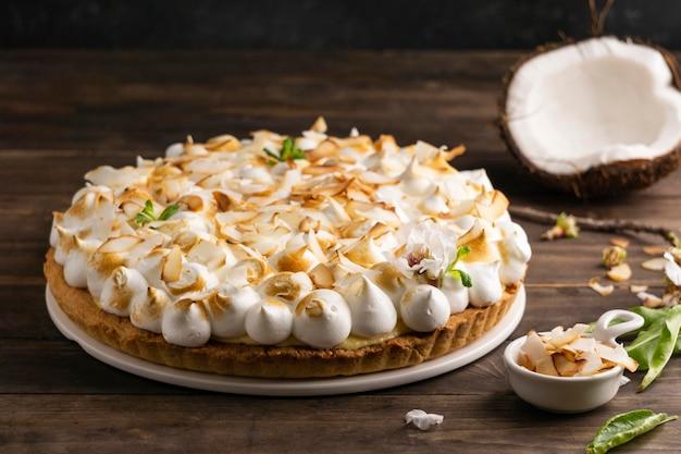 Deliziosa torta sul tavolo in legno ad alto angolo