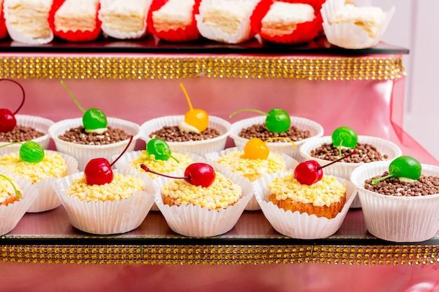 色とりどりのチェリーで飾られたおいしいケーキ