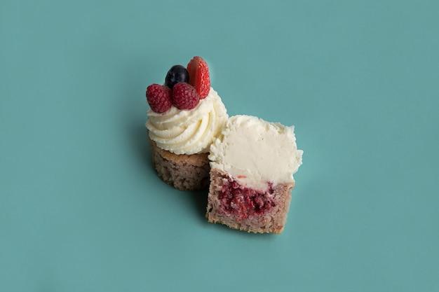 青い背景の上のおいしいケーキ