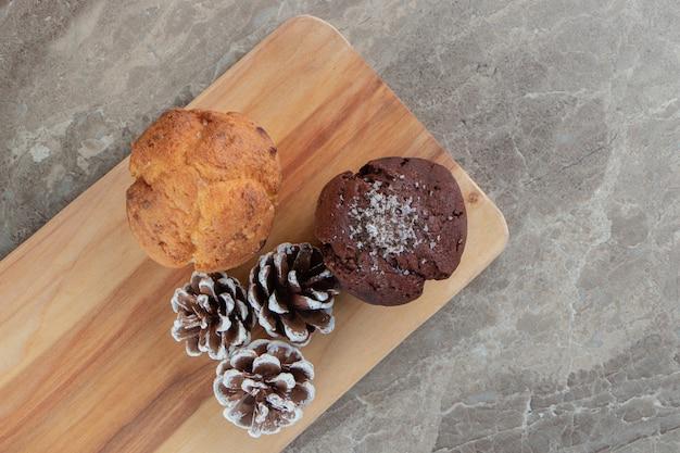 木の板に松ぼっくりのおいしいケーキ