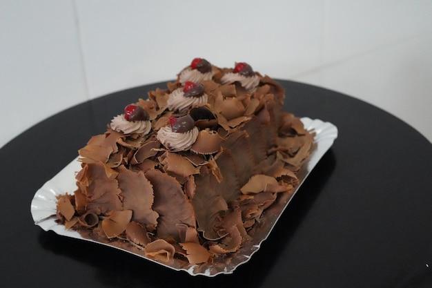 검은 테이블에 맛있는 설탕에 절인 초콜릿 케이크