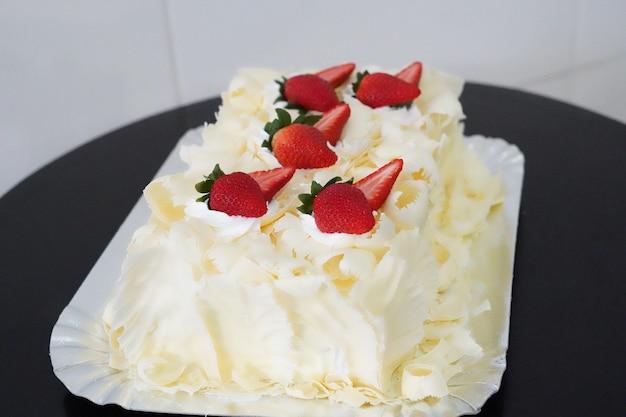 테이블에 맛있는 설탕에 절인 딸기 케이크