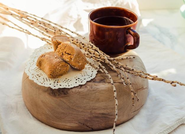 おいしいキャンディー、おいしい塩味の茶色のカラメルファッジを木の皿に盛り付けました。
