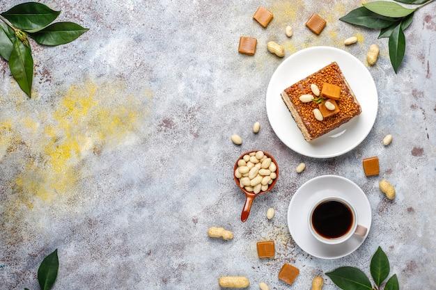땅콩과 카라멜 사탕, 평면도와 맛있는 카라멜과 땅콩 케이크