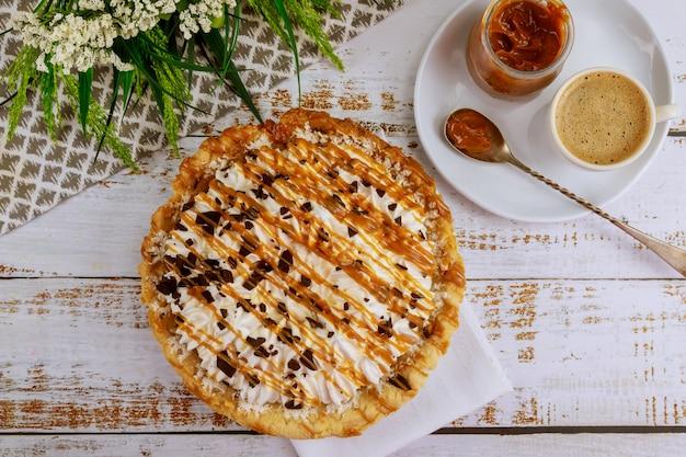 一杯のコーヒーとおいしいキャラメルチョコレートクリームパイ