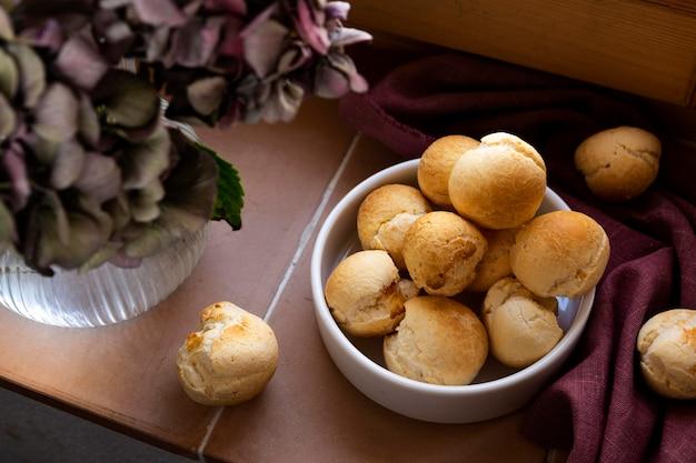 Вкусная композиция из сырного хлеба