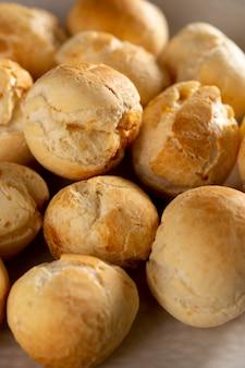 Вкусный сырный хлеб, выпеченный в ассортименте