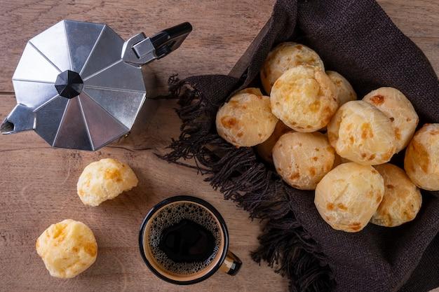 Вкусный сырный хлеб и чашка кофе - вид сверху.