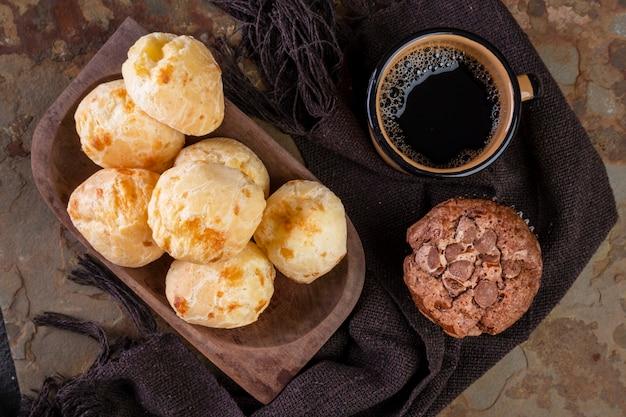 おいしいチーズパン、チョコレートマフィン、コーヒーマグ。