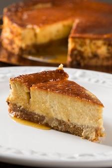 꿀이 든 맛있는 치즈 케이크