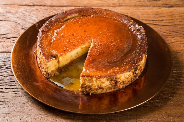 꿀이 든 맛있는 치즈 케이크 프리미엄 사진
