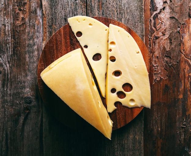 목 판에 맛있는 치즈