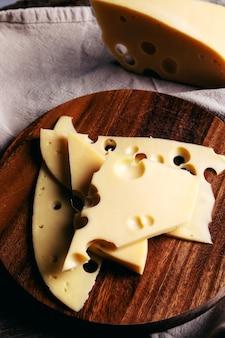 木の板に美味しいチーズ