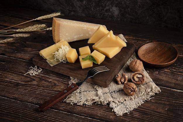 Delizioso piatto di formaggi sul tavolo con noci sopra