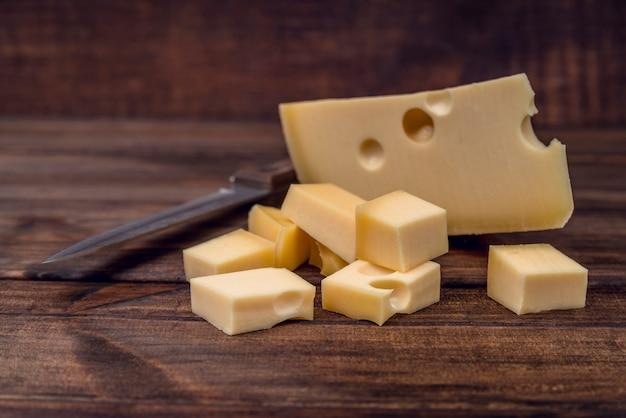 テーブルの上のおいしいチーズの選択