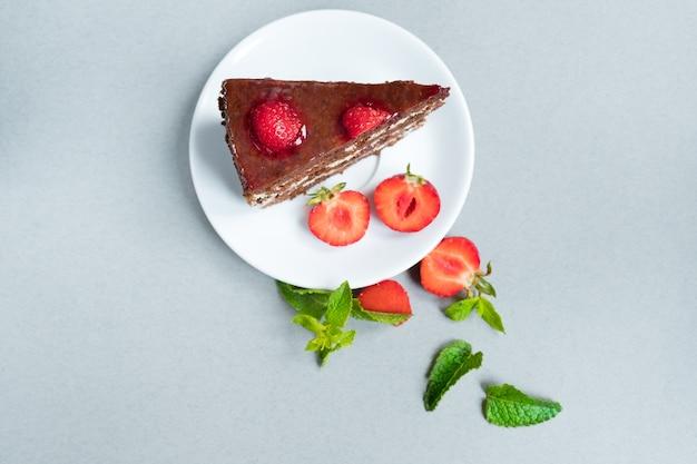 테이블에 딸기와 함께 맛있는 치즈 케이크를 닫습니다