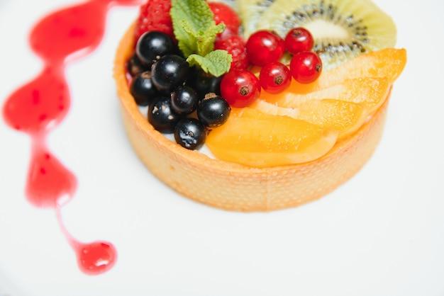 Вкусный чизкейк с ягодами на столе крупным планом