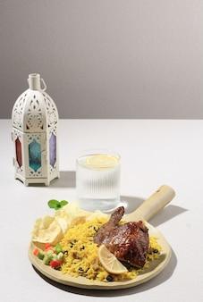 Вкусный куриный бирьяни на керамической тарелке. бриани блюдо красивое индийское рисовое блюдо. вкусный жареный пряный куриный бирьяни в квадратной тарелке на фоне муди, популярные индийские, арабские и пакистанские блюда.