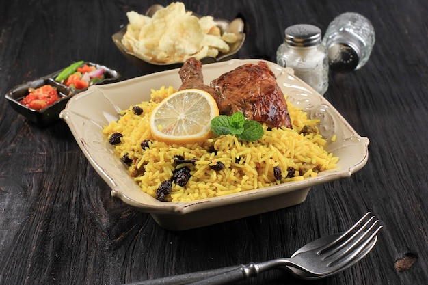 Вкусный куриный бирьяни на керамической тарелке бриани рисовое блюдо красивое индийское рисовое блюдо