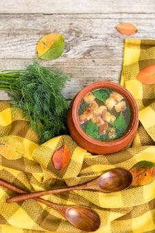 항아리에 크루통과 함께 맛있는 닭고기 국물.