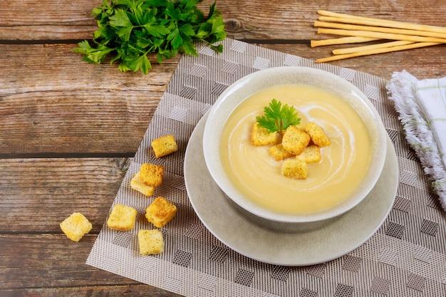 クルトンとイタリアパンのスティックが付いたおいしいチキンクリーミースープ