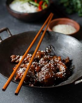 Вкусное блюдо из курицы под высоким углом