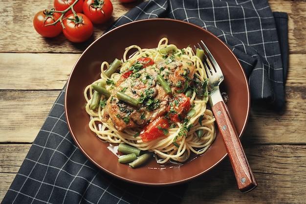 Вкусная курица марсала со спагетти на тарелке