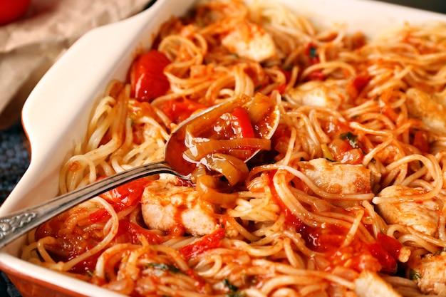 Вкусные куриные спагетти с томатным соусом в форме для запекания